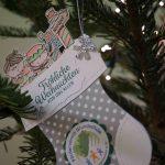 Traditionelles Aufstellen des Weihnachtsbaumes